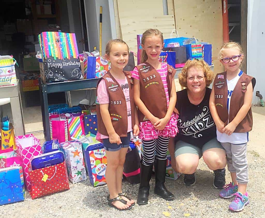 girl scouts donating at local food bank